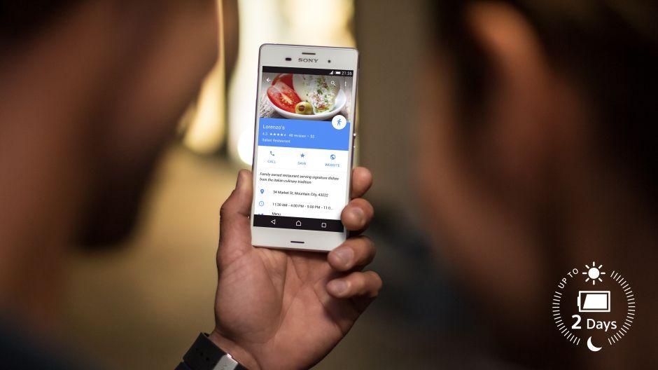 Изображение смартфона, на котором ночью ищут ресторан