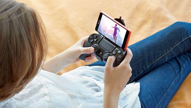 Геймер играет на Xperia Z3 Compact с помощью контроллера DUALSHOCK®4